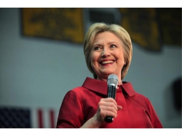 Clinton talks economy, Trump during Des Moines visit