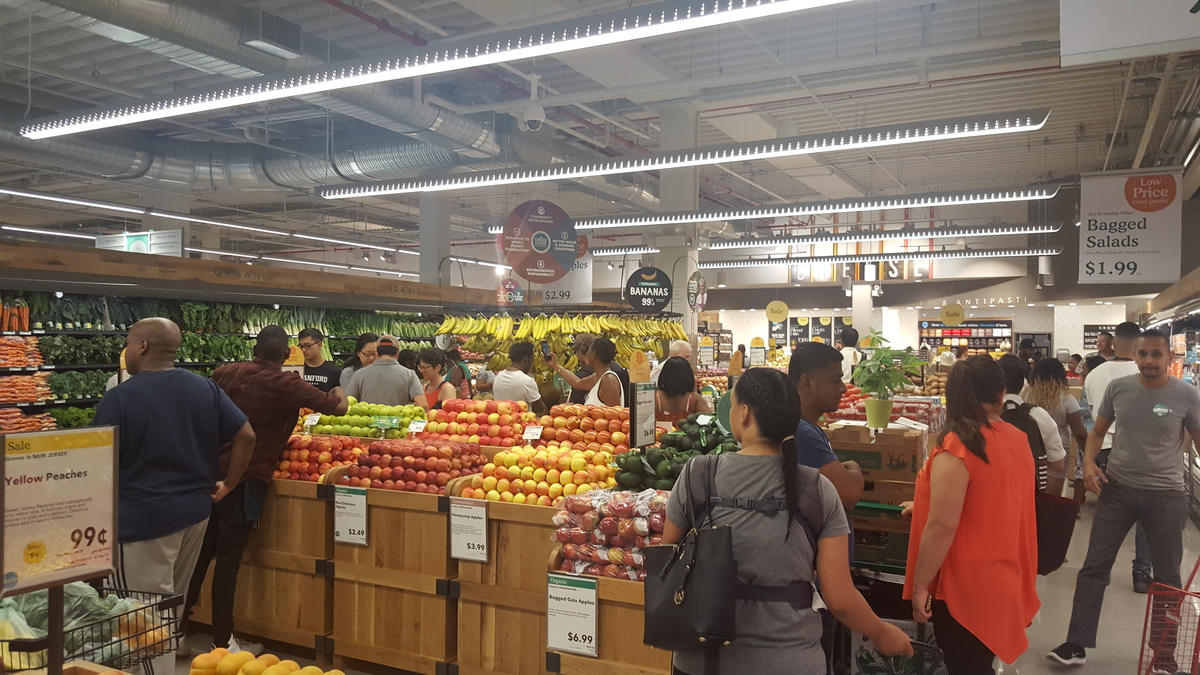 Photos whole foods opens in harlem draws large crowds for Food bar harlem